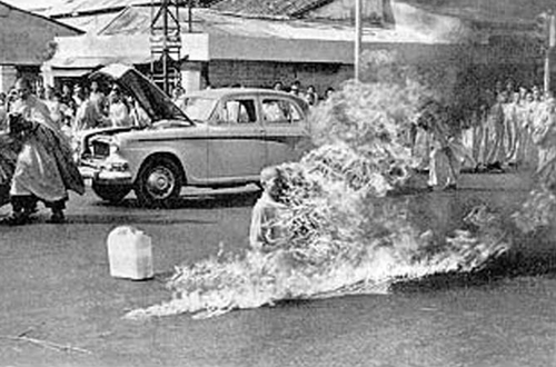 Malcolm Browne. Buddhist monk on fire. Saigon. 1963